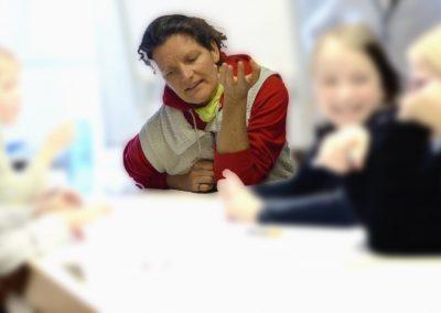 Die Kinder schreiben mit Liedermacherin NETTE ihr Lied anlässlich des AAK-Kindertags am 28.02.2019 in Herborn