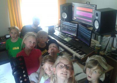 """Die beteiligten Kinder im Tonstudio bei der Vertonung der 3. Strophe von """"Ich will ich sein"""""""