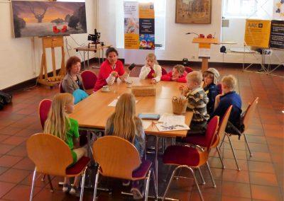 """Die Kinder dichten die 3. Strophe von """"Ich will ich sein"""" am 2. AAK-Kindertag unter Begleitung von NETTE und Frau Dr. Bernauer-Münz"""