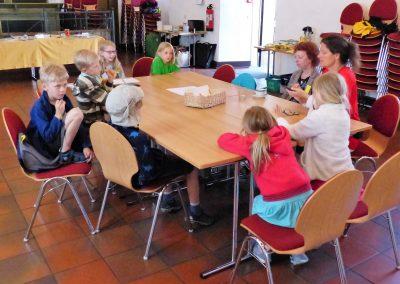 """Die Kinder arbeiten an der 3. Strophe von """"Ich will ich sein"""" beim 2. AAK-Kindertag unter Begleitung von NETTE und Frau Dr. Bernauer-Münz"""