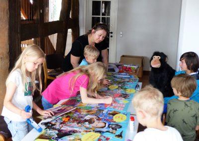 Die Kinder erarbeiten ihre Collagen beim 2. AAK-Kindertag unter Begleitung von Katarina Kronburger