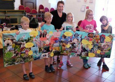 Katarina Kronburger und die Kinder führen ihre Collagen vor